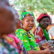 LÉGENDE: Une enseignante discute avec ses collègues lors d'une réunion de parents. LIEU: Centre Social Jardin d'enfants, Sarh, Tchad. PERSONNE(S): Enseignante (au centre) des (gauche à droite) d'autres enseignantes.