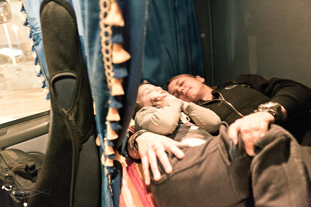 Verona - Juska (28), camionista per passione e giovane mamma, finge di dormire con il suo bimbo nella branda della cabina.