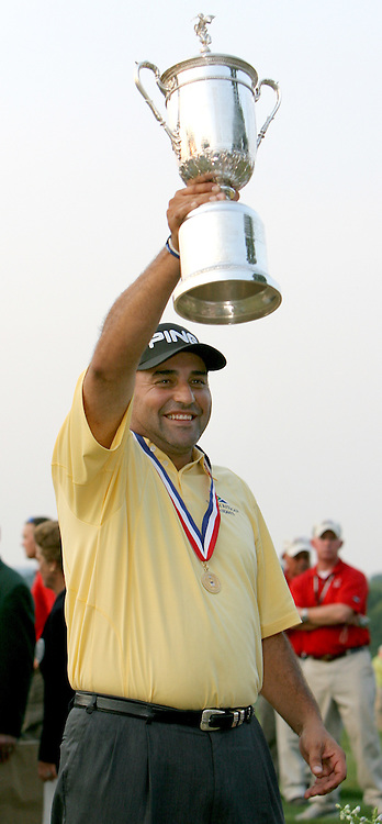 Angel Cabrera of Argentina holds up the US Open championship trophy on the 18th green after winning the 2007 U.S. Open at Oakmont Country Club in Oakmont, Pennsylvania, USA 17 June 2007.