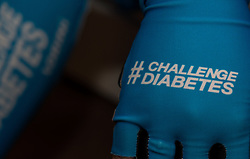 08-04-2016 NED: Challenge Diabetes on Tour, Arnhem<br /> Vandaag was de presentatie van de ploeg dat de roze trui in Milaan gaat ophalen. Op maandag 25 april 2016 vertrekken ze met een team bestaande uit mensen met diabetes en een begeleidingsteam naar Milaan. Na het overhandigen van de roze trui fietsen ze van 26 april t/m 3 mei in 8 dagen 1.190 km van Milaan naar Gelderland om daar op 4 en 5 mei 2016 een promotietour met de roze trui door de provincie te maken. Op 5 mei 2016 wordt de roze trui, vlak voor de ploegenpresentatie op het Marktplein in Apeldoorn, overhandigd aan de provincie / Handschoenen fietsen