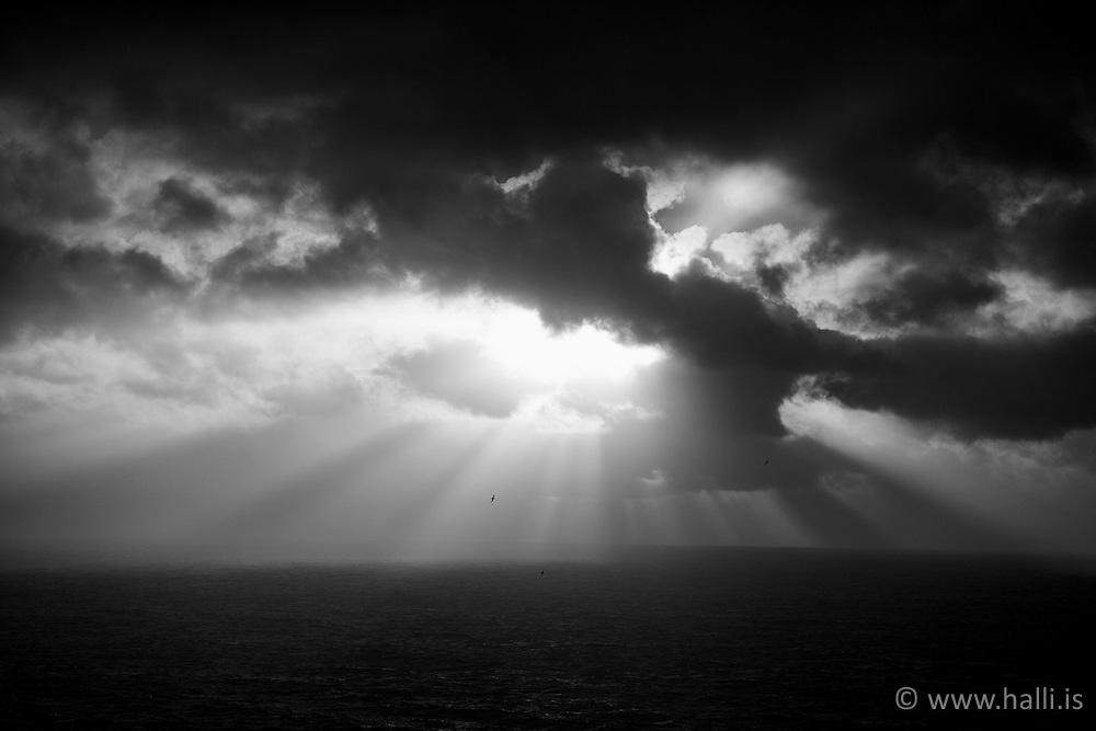 Sun and storm coming together - Sólstafir og stormur við Dyrhólaey