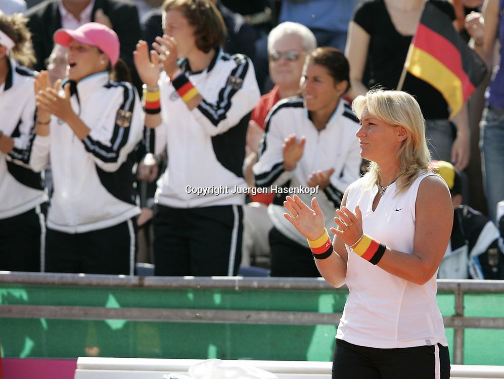 Fed Cup Germany - Croatia , ITF Damen Tennis Turnier in Fuerth, Wettbewerb der Mannschaft von Deutschland gegen Kroatien, Kapitaen Barbara Rittner (GER)und im Hintergrund das Deutsche Team  jubelt und applaudiert, Emotion,<br />Foto: Juergen Hasenkopf<br />B a n k v e r b.  S S P K  M u e n ch e n, <br />BLZ. 70150000, Kto. 10-210359,<br />+++ Veroeffentlichung nur gegen Honorar nach MFM,<br />Namensnennung und Belegexemplar. Inhaltsveraendernde Manipulation des Fotos nur nach ausdruecklicher Genehmigung durch den Fotografen.<br />Persoenlichkeitsrechte oder Model Release Vertraege der abgebildeten Personen sind nicht vorhanden.