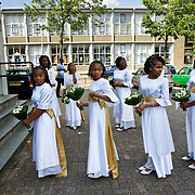 Nederland Rotterdam 04-07-2009 20090704 Foto: David Rozing ..Een klassieke trouwerij in achterstandswijk Pendrecht, compleet met bruidsmeisjes in prachtige witte jurken die staan te wachten tot de bruid arriveert.  projects pendrecht this area is on a list with projects which need help of the government because of degradation in the area etc., projectHolland, The Netherlands, dutch, Pays Bas, Europe  Holland, The Netherlands, dutch, Pays Bas, Europe .Foto: David Rozing/ Hollandse Hoogte