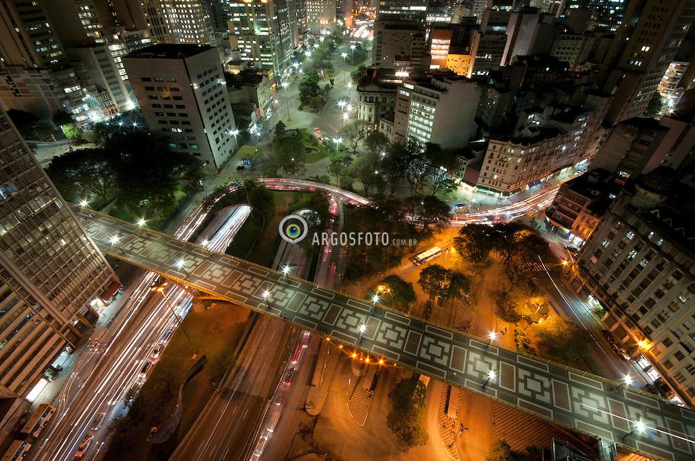 Vista noturna do centro da cidade de Sao Paulo, edificio Banespa, Vale do Anhangabau, Viaduto Santa Ifigenia./ Night view of the city center of Sao Paulo, building Banespa Anhangabau Valley Viaduct Santa Iphigenia. SP, Brasil - 2013