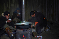 Mongolie, région de Bayan-Ulgii, transhumance d'hiver chez les nomades Kazakhs, etape // Mongolia, Bayan-Ulgii province, winter transhumance of the Kazakh nomads, rest for night