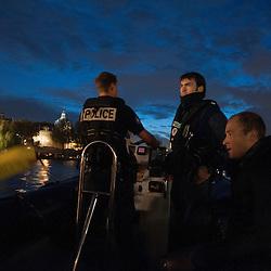 La brigade fluviale de la Pr&eacute;fecture de Police de Paris est constitu&eacute;e d'une centaine de fonctionnaires, plongeurs, pilotes, secouristes. Elle a pour missions de veiller au respect de la r&eacute;glementation &agrave; la navigation fluviale et d'assurer le secours en Seine mais en tant qu'unit&eacute; sp&eacute;cialis&eacute;e de police, elle apporte aussi un appui subaquatique et une expertise lors d'investigations judiciaires au profit d'autres unit&eacute;s.<br /> <br /> Historiquement, la brigade fluviale existe depuis 1900, cr&eacute;&eacute;e par le Pr&eacute;fet Louis L&eacute;pine &agrave; l&rsquo;occasion de l&rsquo;exposition universelle, elle a connu depuis de nombreuses &eacute;volutions. A l'origine municipale, elle a &eacute;t&eacute; modernis&eacute;e et p&eacute;rennis&eacute;e suite &agrave; la grande crue de 1910. Depuis 1991 elle est situ&eacute;e au quai Saint Bernard, sur des pontons flottants en plein c&oelig;ur de Paris.