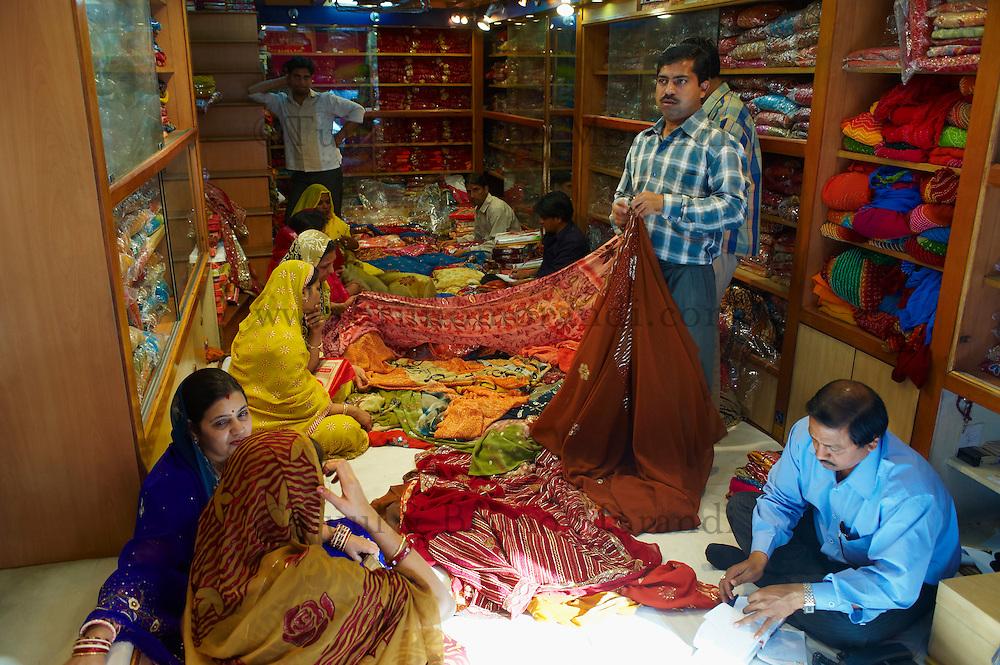 Inde, Rajasthan, Jaipur, boutique de Sari. // India, Rajasthan, Jaipur, Sari and textile shop.
