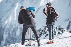 THEMENBILD - ein Paar schaut durch ein Fernrohr, die Frau winkt, aufgenommen am 10. November 2019, Kaprun, Österreich // a couple looks through a telescope, the woman beckons on 2019/11/10, Kaprun, Austria. EXPA Pictures © 2019, PhotoCredit: EXPA/ Stefanie Oberhauser
