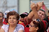 SAÚDE DE CHÁVEZ -  CARACAS - 05/01/2013 .INTERNACIONAL -  A Assembléia Nacional da Venezuela teve hoje sua primeira sessão de 2013. A sessão de hoje é para a eleição da junta directiva (mesa executiva). Essa eleição ganhou importância política nos últimos dias em razão da incerteza que cerca o próximo mandato do líder bolivariano Hugo Chávez. O presidente da Assembléia Nacional é quem deve assumir a presidência do país em caso da ausência do presidente eleito no dia de sua posse, que esta marcado para o dia 10 de janeiro, e depois convocar novas eleições em até 30 dias. O atual presidente Diosdado Cabello, foi reeleito presidente da Assembléia Nacional. Centenas de apoiadores do presidente, em Cuba desde uma cirurgia contra um câncer feita no dia 11, ocuparam a frente do Parlamento. Simpatizante de Chaves faz sinal a deputado da oposição.. FOTO: DANIEL GUIMARÃES/FRAME