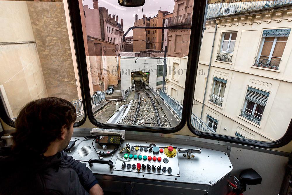 Vue sur les immeubles du quartier Saint-jean depuis la cabine du funiculaire de Lyon // View of Saint-Jean buildings from funicular cab