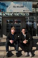 Selfie am Ort, wo alles begann:<br /> Hinz&Kunzt-Redakteur Jonas Füllner<br /> und sein syrischer Freund Khaled<br /> vor den MESSEHALLEN.