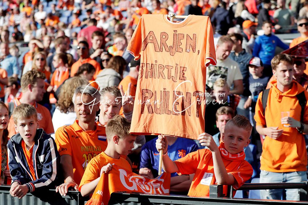 04-06-2017 VOETBAL:NEDERLAND-IVOORKUST:ROTTERDAM<br /> Oranje oefende tegen Ivoorkust vanavond in De Kuip<br /> <br /> Arjen ( Arjen Robben van Oranje (Bayern Munchen)  shirtje ruilen zegt een jonge oranje supporter<br /> <br /> Foto: Geert van Erven