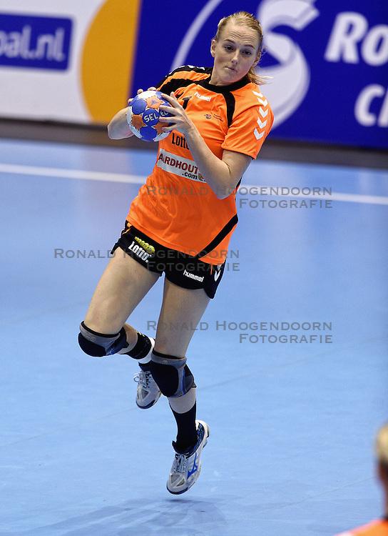 07-10-2015 NED: Kwalificatie EK 2016 Nederland - Bulgarije, Rotterdam<br /> De Nederlandse handbalsters zijn de kwalificatiereeks voor het EK in 2016 begonnen met een monsterzege op Bulgarije. In een volgepakt Topsportcentrum van Rotterdam won Nederland met 45-24 / Lynn Knippenborg #11
