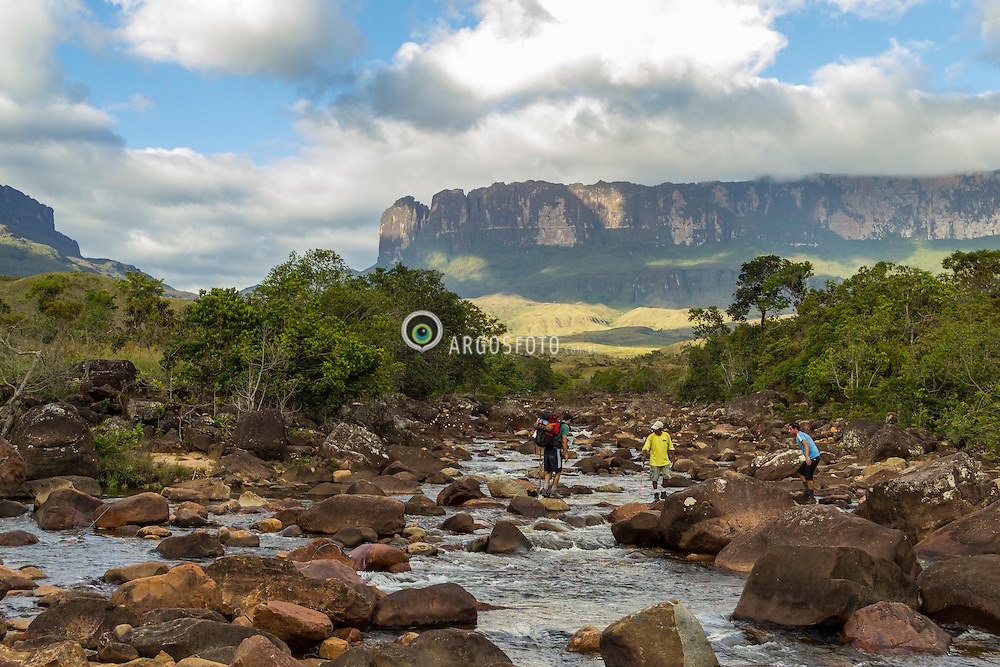 Monte Roraima, Parque Nacional Canaima, Venezuela. 2012. Travessia do Rio Kukenan com Monte Roraima ao fundo. / Rio Kukenan crossing with Monte Roraima in the background.