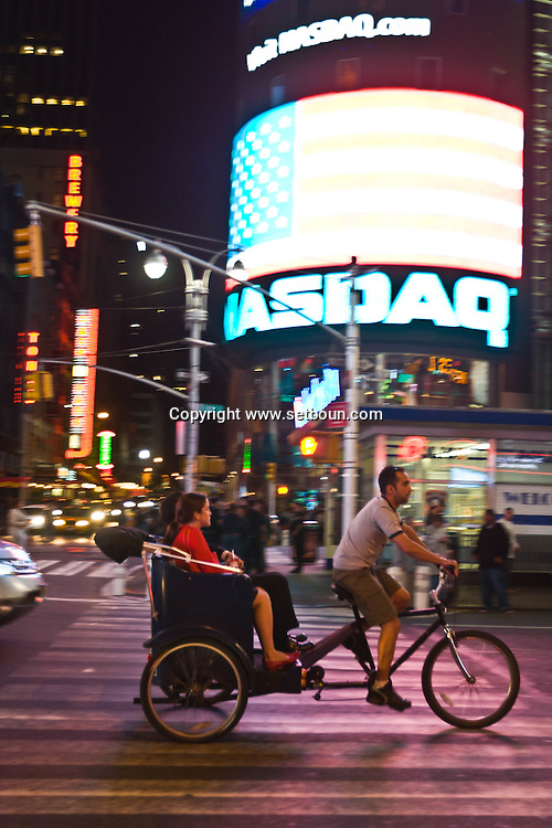 New York, Times sqaure. in the rain at night / Pedicab cycliste. sous la pluie, Times square New york