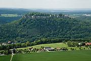 Blick vom Lilienstein auf Festung Koenigstein, Saechsische Schweiz, Elbsandsteingebirge, Sachsen, Deutschland.|.View from Lilienstein on Fort Koenigstein, Saxony, Germany