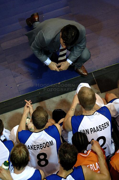 06-09-2006 BASKETBAL: NEDERLAND - SLOWAKIJE: GRONINGEN<br /> De basketballers hebben ook de tweede wedstrijd in de kwalificatiereeks voor het Europees kampioenschap in winst omgezet. In Groningen werd een overwinning geboekt op Slowakije: 71-63 / Time out coach Marco van den Berg - basket item<br /> &copy;2006-WWW.FOTOHOOGENDOORN.NL