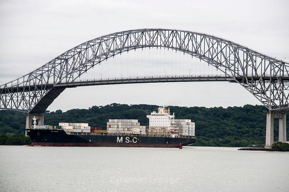 Vista del puente Las Americas,  punto de ingreso y salida de las embarcaciones en el lado del océano Pacifico del Canal de Panamá. Desde este Centro de Visitantes se puede observar como los barcos se elevan a 16 metros del nivel del mar, realizándolo en 2 procesos, que duran alrededor de 30 minutos