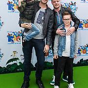 NLD/Amsterdam/20140406 - Inloop filmpremière Rio 2, Lange Frans Frederiks en zoon Willem, Marc Slok en zoon Mylan