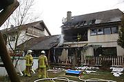 Mannheim. 23.02.17   BILD- ID 036  <br /> Schönau. Brand im Mehrfamilienhaus. Bei dem Brand in einem Vierfamilienhaus am Donnerstagnachmittag auf der Schönau ist ein geschätzter Schaden von rund 300 000 Euro entstanden. Das Feuer war im ersten Obergeschoss ausgebrochen und hatte auf das Dachgeschoss übergegriffen, teilte die Polizei mit. Die Bewohner konnten das Haus im Ludwig-Neischwander-Weg rechtzeitig verlassen. Verletzt wurde bei dem Brand niemand. Die Feuerwehr brachte den Brand unter Kontrolle. Die Brandursache ist noch nicht bekannt.<br /> Bild: Markus Prosswitz 23FEB17 / masterpress (Bild ist honorarpflichtig - No Model Release!)
