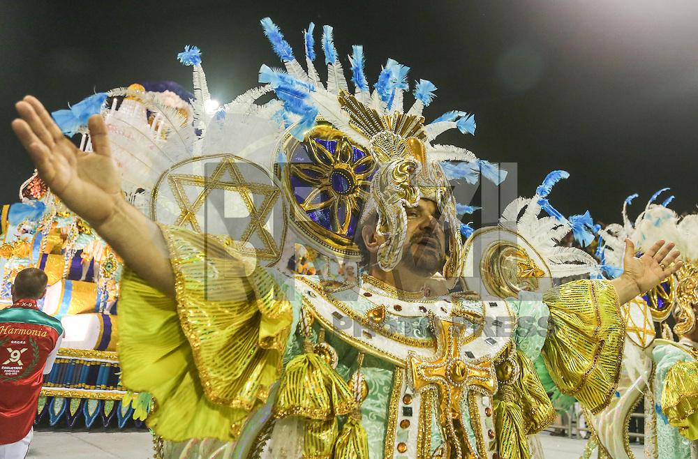SAO PAULO, SP, 09 FEVEREIRO 2013 - CARNAVAL SP - X-9 PAULISTANA - Integrantes da escola de samba X-9 Paulista durante desfile no primeiro dia do Grupo Especial no Sambódromo do Anhembi na região norte da capital paulista, na madrugada deste sábado, 09. (FOTO: WILLIAM VOLCOV  / BRAZIL PHOTO PRESS).
