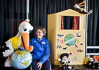 AMSTELVEEN - Gabrielle van Doorn  promo  WK Clubdag in het Wagener Stadion. Stockey, de mascotte voor het WK Hockey in Den Haag , gaat op reis. FOTO KOEN SUYK