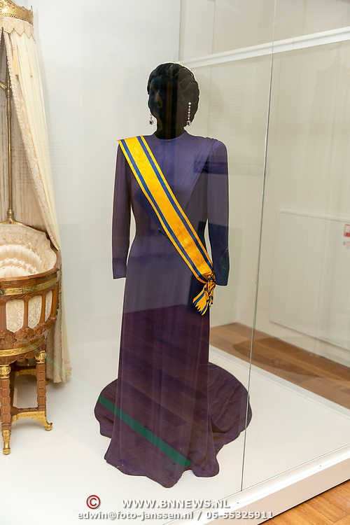 NLD/Amsterdam/20181003 - Koning opent tentoonstelling 1001 vrouwen in de 20ste eeuw,  japon die Juliana droeg bij haar inhuldiging in Amsterdam op 4-9-1948.