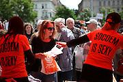 """Menschenmenge während dem Wahlkampfauftritt zur Europawahl der Oppositionspartei CSSD in Tschechien im Prager Stadtteil Vinohrady. Der Slogan """"Socdem is Sexy"""" ist als Abkuerzung zu sehen und bedeute """"Sozialdemokratie ist Sexy"""".Prag, Tschechische Republik, den 27.05.2009, Foto: Björn Steinz"""