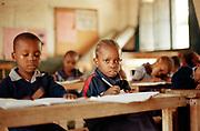 Klaslokaal waar kinderen tussen de 4 en 10 jaar les krijgen.