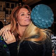 NLD/Laren/20130318 - Uitreiking Nannic Awards 2013, Mary Borsato begroet schoondochter Leontien Borsato