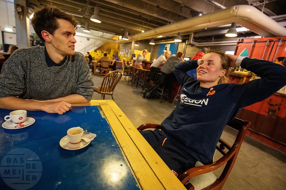 In Utrecht overlegt atlete Rosa Bas met een trainer. In september wil het Human Power Team Delft en Amsterdam, dat bestaat uit studenten van de TU Delft en de VU Amsterdam, tijdens de World Human Powered Speed Challenge in Nevada een poging doen het wereldrecord snelfietsen voor vrouwen te verbreken met de VeloX 9, een gestroomlijnde ligfiets. Het record is met 121,81 km/h sinds 2010 in handen van de Francaise Barbara Buatois. De Canadees Todd Reichert is de snelste man met 144,17 km/h sinds 2016.<br /> <br /> In Utrecht athlete Rosa Bas talks with one of the trainers. With the VeloX 9, a special recumbent bike, the Human Power Team Delft and Amsterdam, consisting of students of the TU Delft and the VU Amsterdam, also wants to set a new woman's world record cycling in September at the World Human Powered Speed Challenge in Nevada. The current speed record is 121,81 km/h, set in 2010 by Barbara Buatois. The fastest man is Todd Reichert with 144,17 km/h.