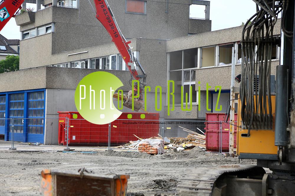 Mannheim. 02.06.17 | Baugenehmigung f&uuml;r das B&uuml;ro- und Hotelgeb&auml;ude &bdquo;No.1&ldquo;<br /> Am S&uuml;deingang zum Hauptbahnhof am k&uuml;nftigen Lindenhofplatz wird auf dem rund 4.500 Quadratmeter gro&szlig;en Grundst&uuml;ck ein B&uuml;ro- und Hotelgeb&auml;ude errichtet. Unter dem Projektnamen &bdquo;No.1&ldquo; sind ein 15-geschossiger Turm und ein 6-geschossiger Sockelbau mit insgesamt rund 22.000 Quadratmetern Bruttogrundfl&auml;che geplant. In dem Geb&auml;ude sind 13.000 Quadratmeter B&uuml;rofl&auml;che im h&ouml;chsten Qualit&auml;tssegment vorgesehen. Damit wird Raum f&uuml;r deutlich mehr als 400 Arbeitspl&auml;tze geschaffen. Au&szlig;erdem werden ein Holiday Inn Hotel mit 150 Zimmer und modernsten Standards im Designkonzept sowie rund 1.000 Quadratmeter f&uuml;r Gastronomie und Ladengesch&auml;ften entstehen.<br />  Mit Baub&uuml;rgermeister Lothar Quast und Wirtschaftsb&uuml;rgermeister Michael Gr&ouml;tsch.<br /> <br /> <br /> <br /> BILD- ID 0886 |<br /> Bild: Markus Prosswitz 02JUN17 / masterpress (Bild ist honorarpflichtig - No Model Release!)
