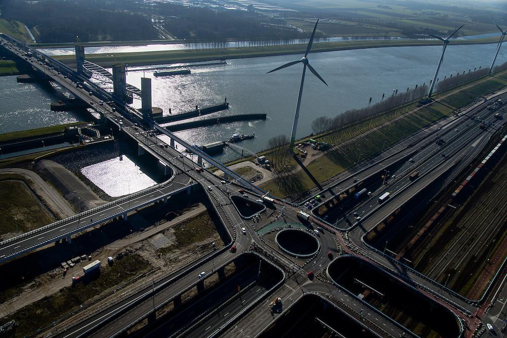 Nederland, Zuid-Holland, Rotterdam, 18-02-2015; Botlek, Hartelkanaal met Hartelkering (stormvloedkering). De kering, onderdeel van de Deltawerken, vormt samen met de Maeslantkering de Europoortkering en beschermt Rotterdam en achterland bij extreme waterstanden. In de voorgrond Hartelkruis en A15.<br /> Storm surge barrier Hartelkering in the Hartel canal. Together with the greater nearby Maeslant barrier (in the New Waterway), the barrier proyect nearby Rotterdam and its hinterland.<br /> luchtfoto (toeslag op standard tarieven);<br /> aerial photo (additional fee required);<br /> copyright foto/photo Siebe Swart