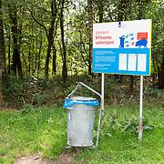 NLD/Ermelo/20190821 - Waarschuwingsbord Voorkom Afrikaanse Varkenspest, Waarschuwingsbord bij vuilnisbak