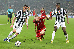 10.04.2013, Juventus Stadium, Turin, ITA, UEFA Champions League, Juventus Turin vs FC Bayern Muenchen, Viertelfinale, Rueckspiel, im Bild von links Mauricio ISLA #33 (Juventus Turin), Bastian SCHWEINSTEIGER #31 (FC Bayern Muenchen) und Paul POGBA #6 (Juventus Turin) // during the UEFA Champions League best of eight 2nd leg match between Juventus FC and FC Bayern Munich at the Juventus Stadium, Torino, Italy on 2013/04/10. EXPA Pictures © 2013, PhotoCredit: EXPA/ Eibner/ Kolbert..***** ATTENTION - OUT OF GER *****