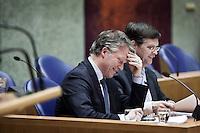 Nederland. Den Haag, 13 januari 2010.<br /> Debat Tweede kamer inzake rapport commissie Davids. In vak K: Bos, Balkenende .<br /> Het kabinet erkent dat met de kennis van nu een beter volkenrechtelijk mandaat nodig was geweest voor de inval in Irak. Dat schrijft premier Balkenende in een brief aan de Tweede Kamer. Daarmee werd gisteren een kabinetscrisis afgewend.<br /> Gisteren nam Balkenende nog afstand van de passage over het mandaat in het rapport van de commissie-Davids.<br /> Foto Martijn Beekman