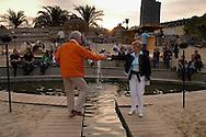 Hier, mitten im Hamburger Hafen, direkt an den Landungsbrücken gelegen, finden alle Sonnenhungrigen auf ca. 800qm Fläche ein schönes Plätzchen im ältesten und entspanntesten Beachclub der Stadt.
