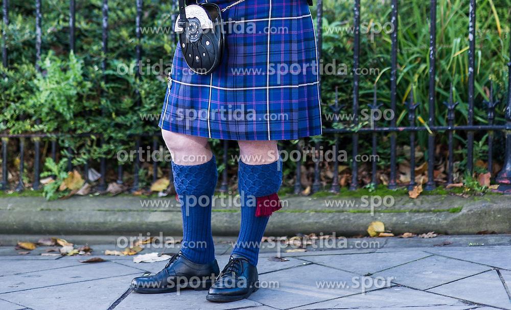 THEMENBILD - Mann mit Tracht - Schottenrock. Schottlands Hauptstadt Edinburgh ist die zweitgrößte Stadt Schottlands. Aufgenommen am 27.10.2014 in Edinburgh, Schottland // Man with traditional clothes - kilt. Edinburgh, capital city of scotland. Edinburgh, Scotland on 2014/10/27. EXPA Pictures © 2014, PhotoCredit: EXPA/ Michael Gruber
