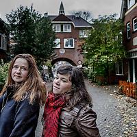 Nederland, Amsterdam, 5 november 2016.<br /> Sarah Sylbing (r) en Esther Gould.<br /> Ze hebben samen de documentaire Schuldig gemaakt, die gaat over alle kanten van in de schuld zitten: schuldsanering, deurwaarders, enzovoorts. Ze hebben een jaar lang gedraaid in de Vogelbuurt bij mensen die dus diep in de schulden zitten en belichten het onderwerp van alle kanten.<br /> <br /> Foto: Jean-Pierre Jans