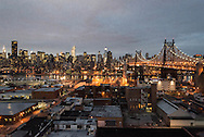 New York. elevated view on Manhattan cityscape at dusk from Queens district / New York vue d'en haut