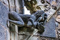 Eve<br />La chapelle de Bethl&eacute;em est une chapelle vou&eacute;e au culte catholique romain, situ&eacute;e &agrave; St Jean de Boiseau, en Loire-Atlantique.<br /> Le monument est construit au XVe&nbsp;si&egrave;cle, mais c&lsquo;est sa r&eacute;novation en 1995 qui le fait passer &agrave; la post&eacute;rit&eacute;.  Restaur&eacute;e par le sculpteur Jean-Louis Boistel,qui reprend  les codes de la&nbsp;mythologie, du&nbsp;christianisme et de l'&eacute;poque contemporaine, la chapelle se pare de sculptures pour le moins surprenantes :  gremlins, aliens et m&ecirc;me Goldorak.<br /> L&rsquo;origine sacr&eacute;e du lieu vient de la pr&eacute;sence d&lsquo;une source, aupr&egrave;s de laquelle, initialement, le&nbsp;druidisme&nbsp;cr&eacute;e une c&eacute;r&eacute;monie &agrave;&nbsp;Beltane, afin de c&eacute;l&eacute;brer la f&eacute;condit&eacute;. <br /> Les chim&egrave;res sont les suivantes&nbsp;:<br /> - pinacle&nbsp;nord-ouest, dit de l&lsquo;&acirc;me &laquo;&nbsp;l&lsquo;Homme&nbsp;&raquo;:<br /> &bull;un&nbsp;sanglier&nbsp;(traque du spirituel)<br /> &bull;un&nbsp;centaure&nbsp;(conflits entre instinct et raison)<br /> &bull;Sainte Anne&nbsp;a l&lsquo;ancre (fermet&eacute;, solidit&eacute;, tranquillit&eacute;, fid&eacute;lit&eacute;)<br /> &bull;Adam&nbsp;<br /> - l&rsquo;archivolte, pr&eacute;sentant l&rsquo;arbre de vie<br /> - pinacle&nbsp;ouest, dit de l&lsquo;&acirc;me &laquo;&nbsp;la Femme&nbsp;&raquo;:<br /> &bull;&Egrave;ve<br /> &bull;une&nbsp;triade&nbsp;(Alma,&nbsp;Dahud&nbsp;et&nbsp;Malgwen)<br /> &bull;une&nbsp;sir&egrave;ne&nbsp;(luxure)<br /> &bull;un&nbsp;serpent&nbsp;(le fantasme et le myst&egrave;re)&nbsp;<br /> - pinacle&nbsp;sud-ouest, dit de l&lsquo;inconscient<br /> &bull;Goldorak&nbsp;(droiture, chevalier des temps modernes)<br /> &bull;un&nbsp;Gremlin&nbsp;(mauvais monstre de l&lsquo;homme)<br /> &bull;Gizmo&nbsp;(bon monstre qu&lsquo;est l&lsquo;homme)<br /> &bull;l&lsquo;ironie&nbsp;(arrogance de l&lsquo;homme)&nbsp;<br /> - pi