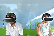 Nederland, The Netherlands, Nijmegen, 24-7-2017 Recreatie, ontspanning, cultuur, dans, theater en muziek in de binnenstad. 3d, virtual reality, vr, vrbril, bril, oculuc, gear, driedimensionaal, driedimensionale, beeld, film, animatie . computergestuurd.Foto: Flip Franssen