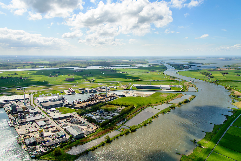 Nederland, Overijssel, Gemeente Kampen, 07-05-2015. Kampereiland met  Zuiderzeehaven en rivier de IJssel met Eilandbrug. Flevoland en water van Vossemeer in de achtergrond, rechts Ketelmeer.<br /> New harbour and river IJssel, north of Kampen.<br /> <br /> luchtfoto (toeslag op standard tarieven);<br /> aerial photo (additional fee required);<br /> copyright foto/photo Siebe Swart