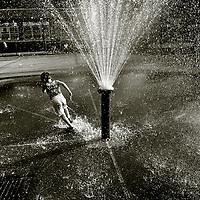 New York Manhattan 19 augustus 2003 20030819 Foto: David Rozing . Kinderen spelen met water/ waterfontein.Kids playing in summertime with water/ waterfontain  Midtown..Foto: David Rozing/