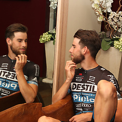 17-02-2017: Wielrennen: Teampresentatie Destil teams: Venray<br /> Joey van Rhee twijfelt tussen carriere als fotomodel of toch wielrenner