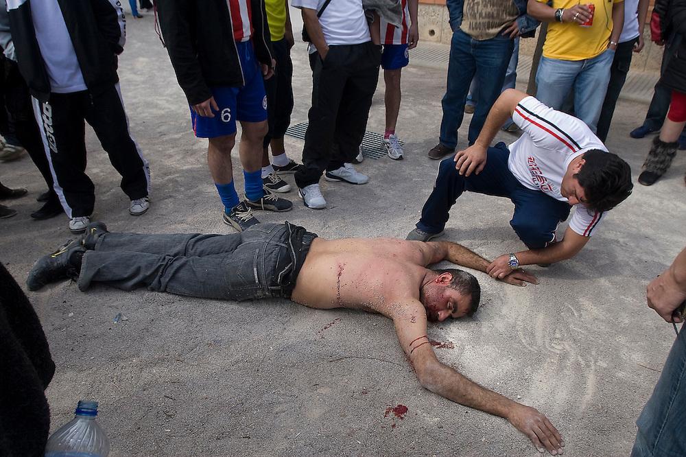 Una persona de origen marroquí se encuentra tendido en el piso luego de haber sido apuñalado con un cuchillo por otra persona de origen colombiano en medio de un partido de fútbol en el pueblo de Sitges en Barcelona.