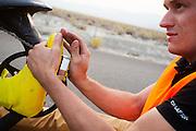 Het team test de VeloX V in de woestijn. Het Human Power Team Delft en Amsterdam (HPT), dat bestaat uit studenten van de TU Delft en de VU Amsterdam, is in Amerika om te proberen het record snelfietsen te verbreken. Momenteel zijn zij recordhouder, in 2013 reed Sebastiaan Bowier 133,78 km/h in de VeloX3. In Battle Mountain (Nevada) wordt ieder jaar de World Human Powered Speed Challenge gehouden. Tijdens deze wedstrijd wordt geprobeerd zo hard mogelijk te fietsen op pure menskracht. Ze halen snelheden tot 133 km/h. De deelnemers bestaan zowel uit teams van universiteiten als uit hobbyisten. Met de gestroomlijnde fietsen willen ze laten zien wat mogelijk is met menskracht. De speciale ligfietsen kunnen gezien worden als de Formule 1 van het fietsen. De kennis die wordt opgedaan wordt ook gebruikt om duurzaam vervoer verder te ontwikkelen.<br /> <br /> The team tests the VeloX V. The Human Power Team Delft and Amsterdam, a team by students of the TU Delft and the VU Amsterdam, is in America to set a new  world record speed cycling. I 2013 the team broke the record, Sebastiaan Bowier rode 133,78 km/h (83,13 mph) with the VeloX3. In Battle Mountain (Nevada) each year the World Human Powered Speed Challenge is held. During this race they try to ride on pure manpower as hard as possible. Speeds up to 133 km/h are reached. The participants consist of both teams from universities and from hobbyists. With the sleek bikes they want to show what is possible with human power. The special recumbent bicycles can be seen as the Formula 1 of the bicycle. The knowledge gained is also used to develop sustainable transport.