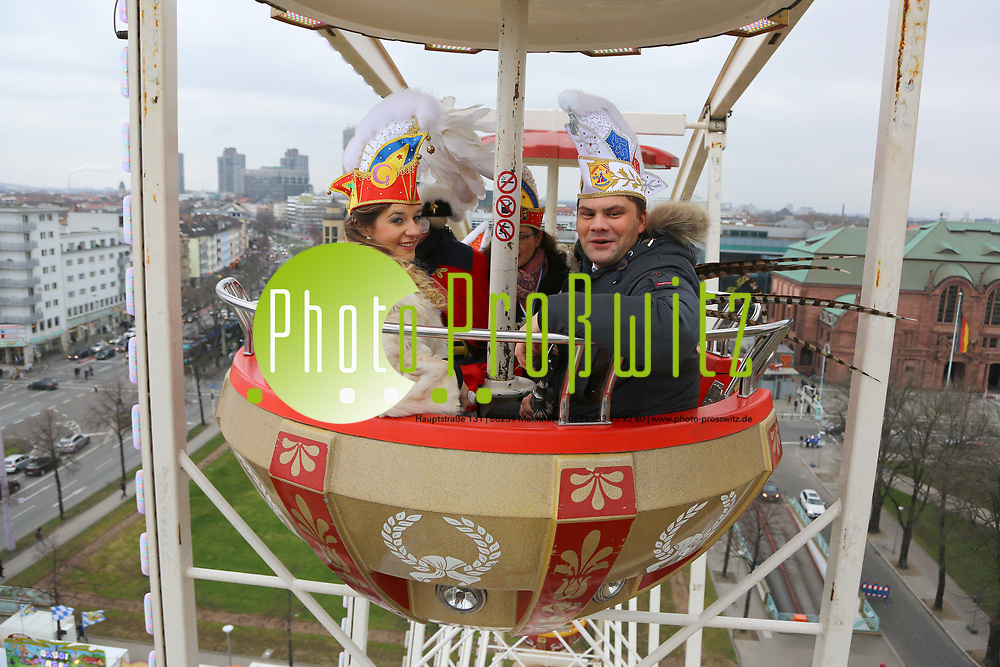 Mannheim. 10.02.18 | <br /> N&auml;rrische Bootsfahrt mit dem Mannheimer Stadtprinzenpaar Miriam I. und Marcus I. <br /> Danch kleiner Umzug mit Gefolge zum Mannheimer Marktplatz &uuml;ber die Planken zum Wasserturm mit Fahrt im Riesenrad.<br /> Bild: Markus Prosswitz 10FEB18 / masterpress (Bild ist honorarpflichtig - No Model Release!) <br /> BILD- ID 03977 |
