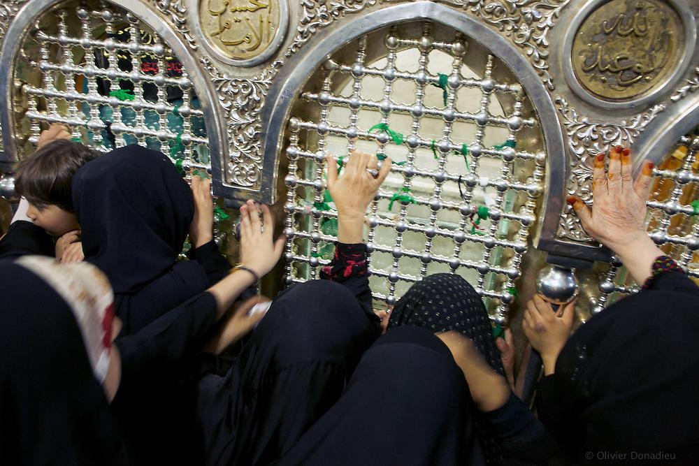 Women gathering in front of the Prophet Tomb, inside Umayyades Mosque, Syria. Rassemblement de femmes devant le tombeau du Prophète, Mosquée des Omeyyades, Syrie.