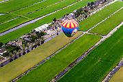 Nederland, Zuid-Holland, Gemeente Stichtse Vecht,  28-09-2014; Kockengen, heteluchtballon maakt gebruik van de thermiek in de avondschmering.<br /> Hot air balloon uses the thermals in the twilight.<br /> luchtfoto (toeslag op standard tarieven);<br /> aerial photo (additional fee required);<br /> copyright foto/photo Siebe Swart